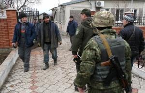 Ukraine troops and locals, Mariupol (--Alexander Zykov/TASS )