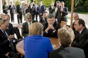 Putin, Dmitri Peskov, Angela Merkel, Petro Poroshenko, Francois Hollande, Paris, October 2, 2015 (--Mikhail Palinchak/AP)