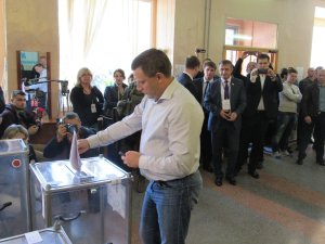 A. Zakharchenko casts vote Oct 2, 2016 (--Janus Putkonen)