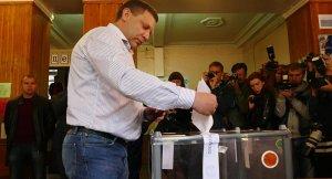 Alexander Zakharchenko casts vote Oct 2, 2016 (-- © Sputnik/ Igor Maslov)