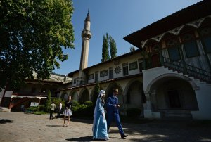 Crimean Tatar wedding at Khans' Palace of Bakhchisarai/Khansar in southern Crimea (--Konstantin Chalabov/Sputnik)
